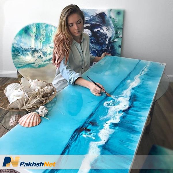 نقاشی با رزین روی میز و تابلو نقاشی آبستره